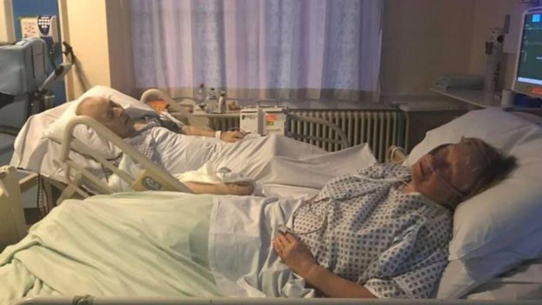 Dennis og Mavis Eccleston i hver deres hospitalsseng.