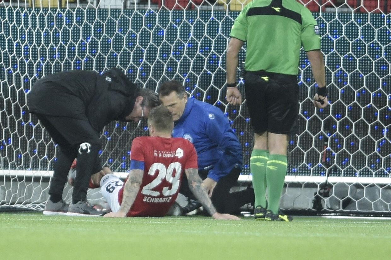Silkeborgs Ronnie Schwartz fik behandling efter et sammenstød med Marvin Schwäbe i superligakampen mod Brøndby. Henning Bagger/Ritzau Scanpix