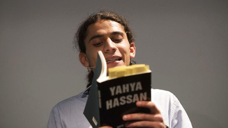(ARKIV) Yahya Hassan læser op af sin første bog.