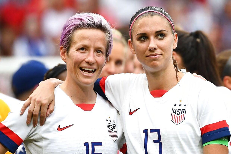 Her ses Megan Rapinoe (tv.) og Alex Morgan (th.), der er to af USAs største fodboldstjerner.
