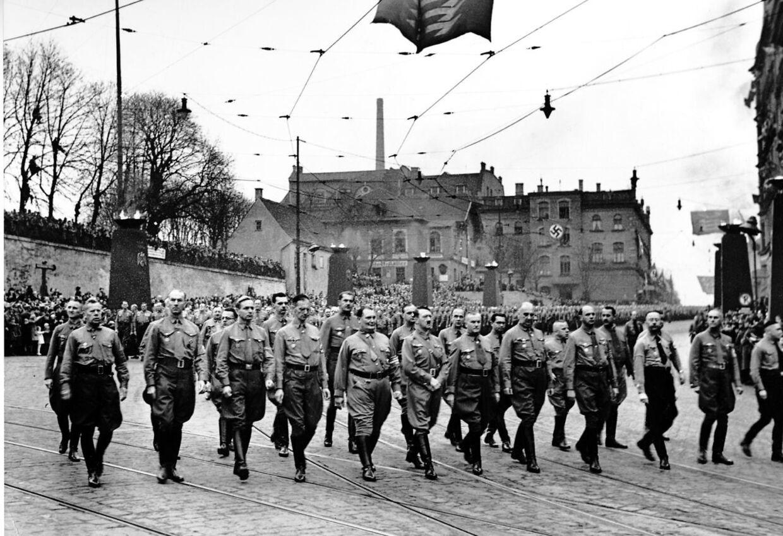 Hitler marcherede gennem Munchen få timer før Krystalnatten. Om aftenen og natten ødelagde et stort antal jødiske synagoger, kirkegårde og butikker.