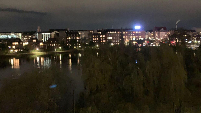 Den nye LED-skærm set fra Jytte Hildens lejlighed.