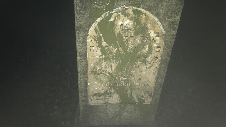 84 gravsteder på den jødiske gravplads på Østre Kirkegård i Randers er blevet overmalet med grøn malling.
