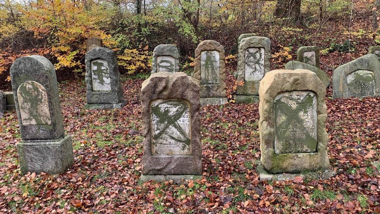 84 jødiske gravsteder blev lørdag vandaliseret.