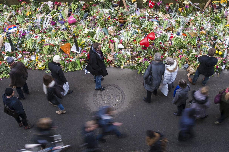 Mange lagde blomster foran den jødiske synagoge i Krystalgade efter Dan Uzan blev skuddræbt 18. februar 2015, da han stod vagt ved en jødisk konfirmation.