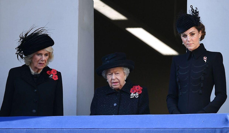 Dronning Elizabeth flankeret af hertuginde Kate (th) og hertuginde Camilla (tv) under en ceremoni i anledningen af Remembrance Day, som blev fejret søndag.(Foto: Daniel Leal-Olivas/AFP)