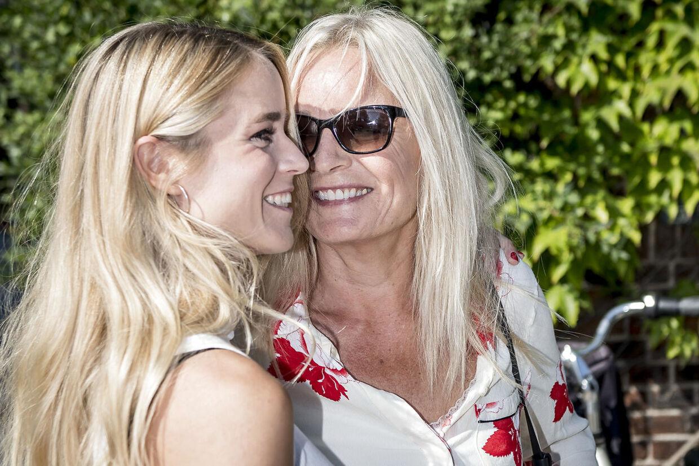 Sangerinden Anne Linnet og kæresten Kathrine Kjær, der studerer jura, skal giftes til december.
