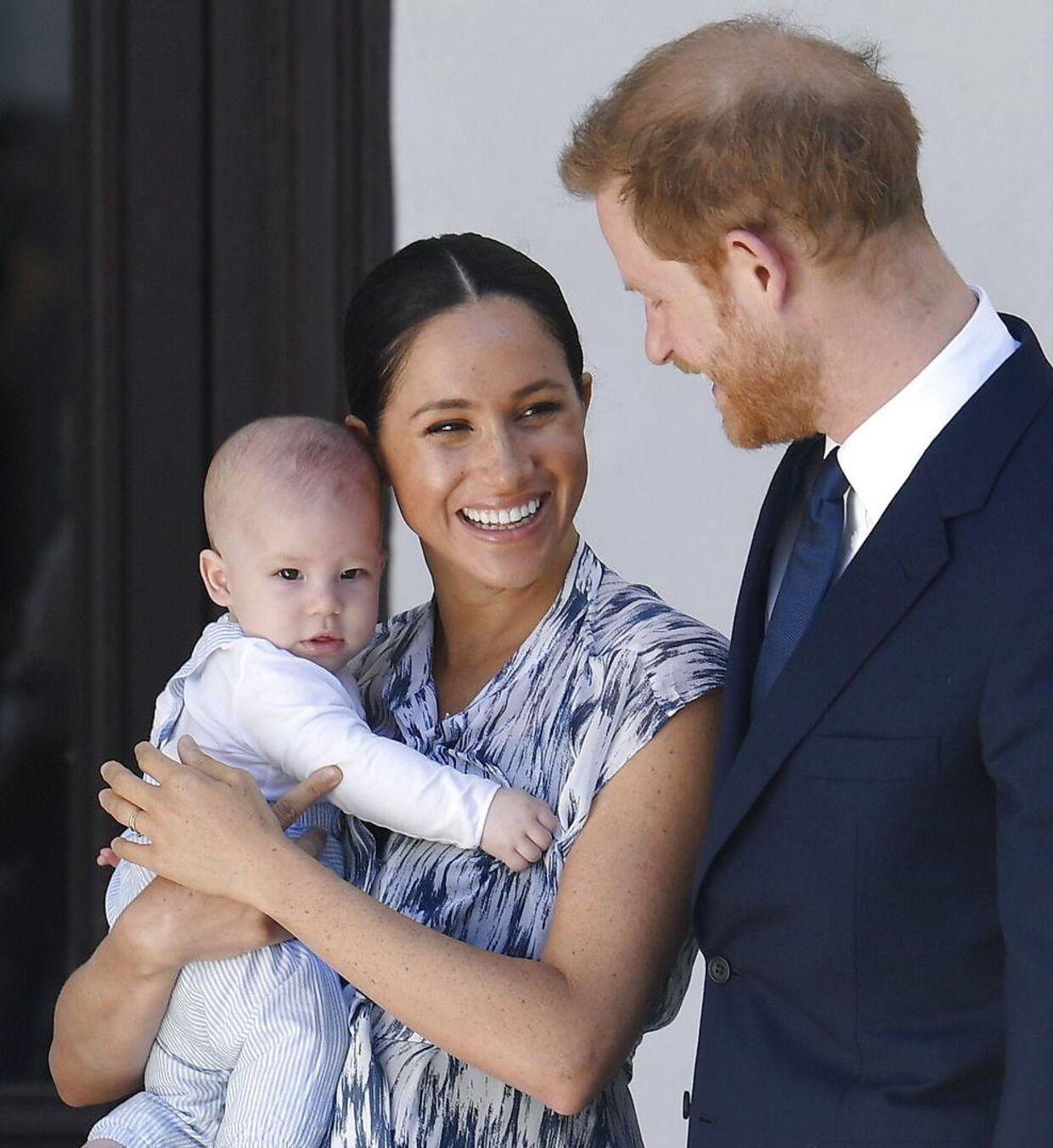 Meghan Markle og prins Harry med parrets søn, prins Archie under en tur til Afrika. (Foto: Toby Melville/Pool)