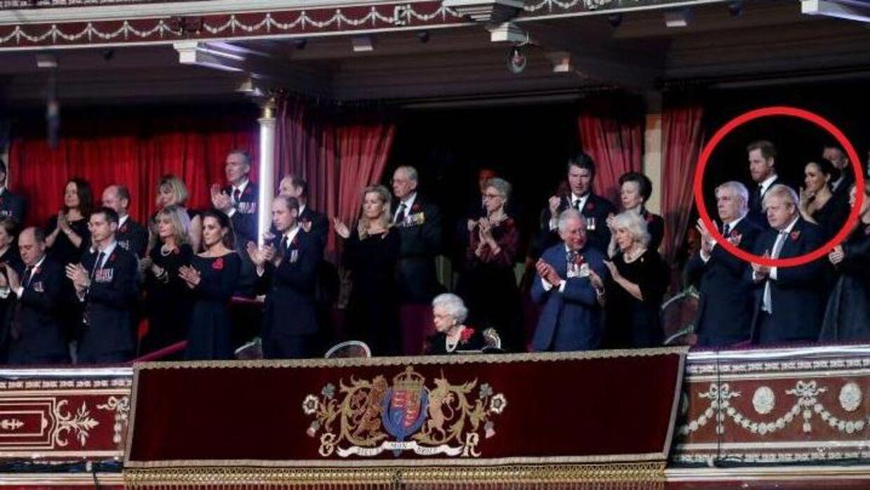 Den britiske kongefamilie var søndag samlet i Royal Albert Hall i London til en ceremoni under fejringen af Remembrance Day, hvor fladne britiske soldater hyldes. Bemærk Prins Harry og Meghan Markles placering i baggrunden. (Foto: Chris Jackson/Reuters)