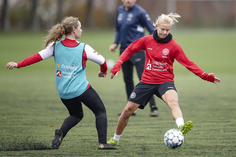 Pernille Harder, til højre, i duel med Sara Thrige under et træningspas i Viborg forud for tirsdagens EM-kvalifikationskamp mod Georgien.