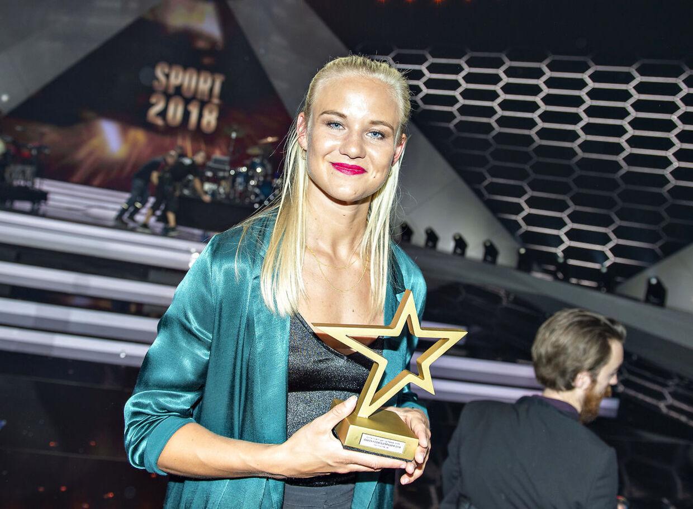 Pernille Harder med sit trofæ for prisen som 'Årets bedste kvindelige fodboldspiller' ved DR's store sportshow 'Sport 2018' i Boxen i Herning, lørdag 5. januar 2019.
