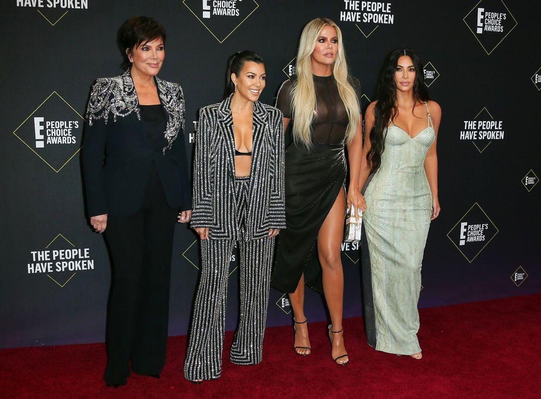 Kris Jenner, Kourtney Kardashian, Khloé Kardashian og Kim Kardashian ankommer E! People's Choice Awards.