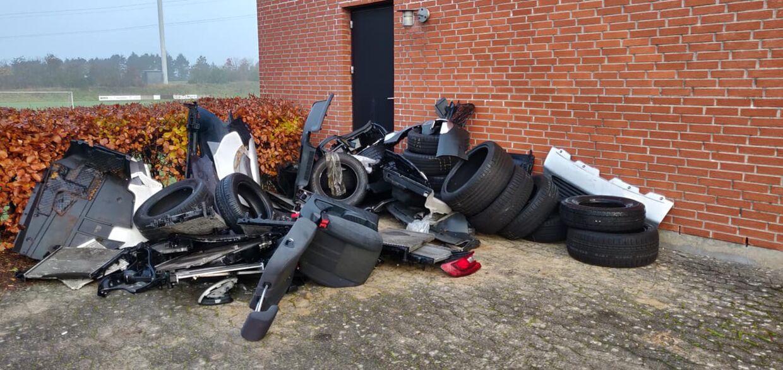 Bil-affaldet ved hallen i Harte.