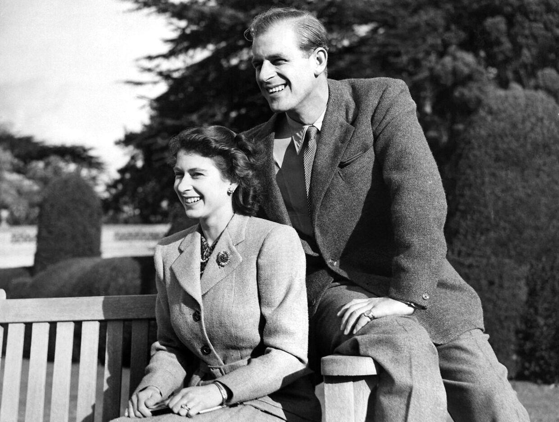 Den daværende prinsesse Elizabeth og prins Philip fotograferet på deres bryllupsrejse i 1947.