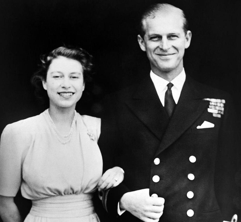 En meget ung Elizabeth og hendes udkårne Philip fotograferet på deres forlovelsesdag.