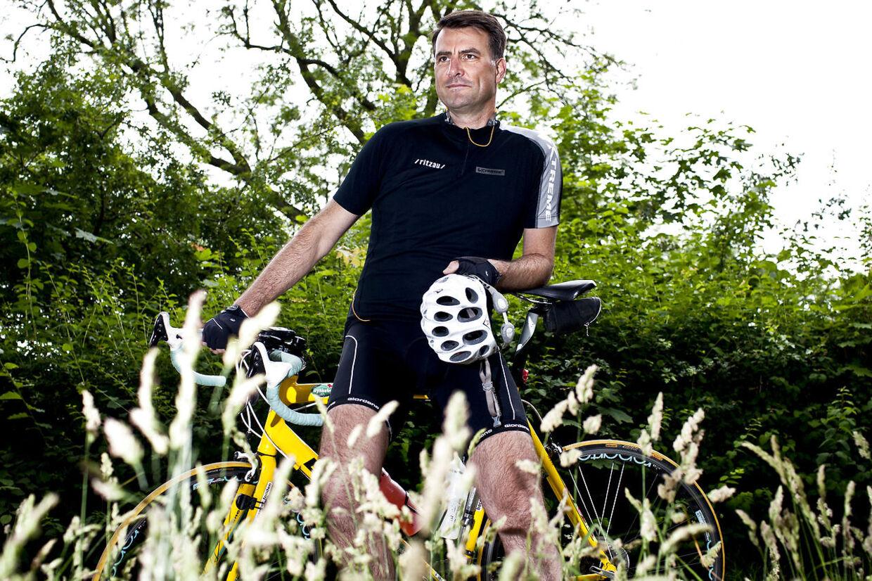 Mikael Kamber er en ivrig motionscykelrytter. I sommer måtte han sygemeldes fra TV2 efter blandt andet at have pådraget sig et brud på en nakkehvirvel i et styrt under et velgørenhedsløb i de franske Alper.