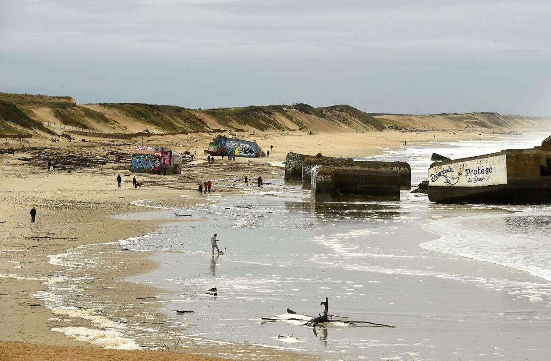 Folk går på stranden ved Capbreton i det sydvestlige Frankrig.