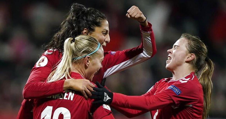 Dansk jubel over en scoring mod Georgien: Nadia Nadim sammen med Stine Larsen og Emma Snerle.
