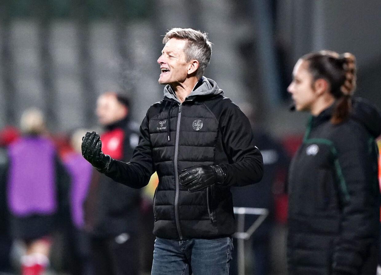 Træneren for det danske kvindelandshold i fodbold, Lars Søndergaard, i aktion på sidelinien i tirsdag aftens EM-duel mod Georgien.