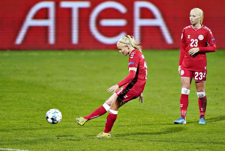Pernille Harder scorer direkte på frispark.