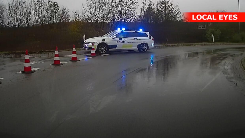 Politiet er hurtigt efter bilisten, der trodser afspærringen.