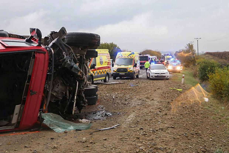 Politi og redningsmandskab på ulykkesstedet i udkanten af byen Nitra i Slovakiet. Mindst 12 er dræbt og 17 omkommet. -/Ritzau Scanpix