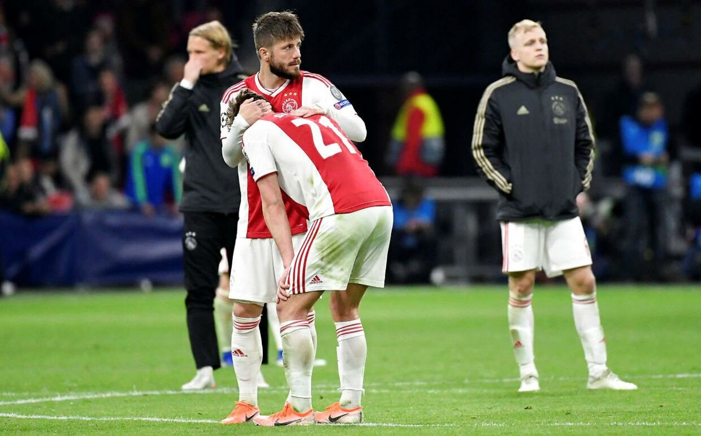 Lasse Schöne trøster holdkammeraten Frenkie de Jong efter Ajax Amsterdam havde tabt det andet Champions League-semifinaleopgør mod Tottenham 8. maj 2019.