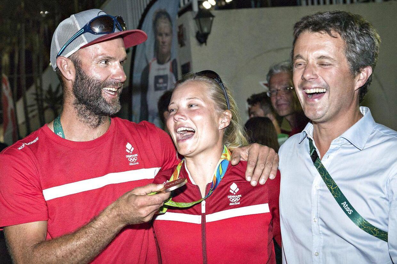 Piotr Wojewski med Anne-Marie Rindom og kronprins Frederik, efter Rindoms OL-bronze i 2016 kom i hus.
