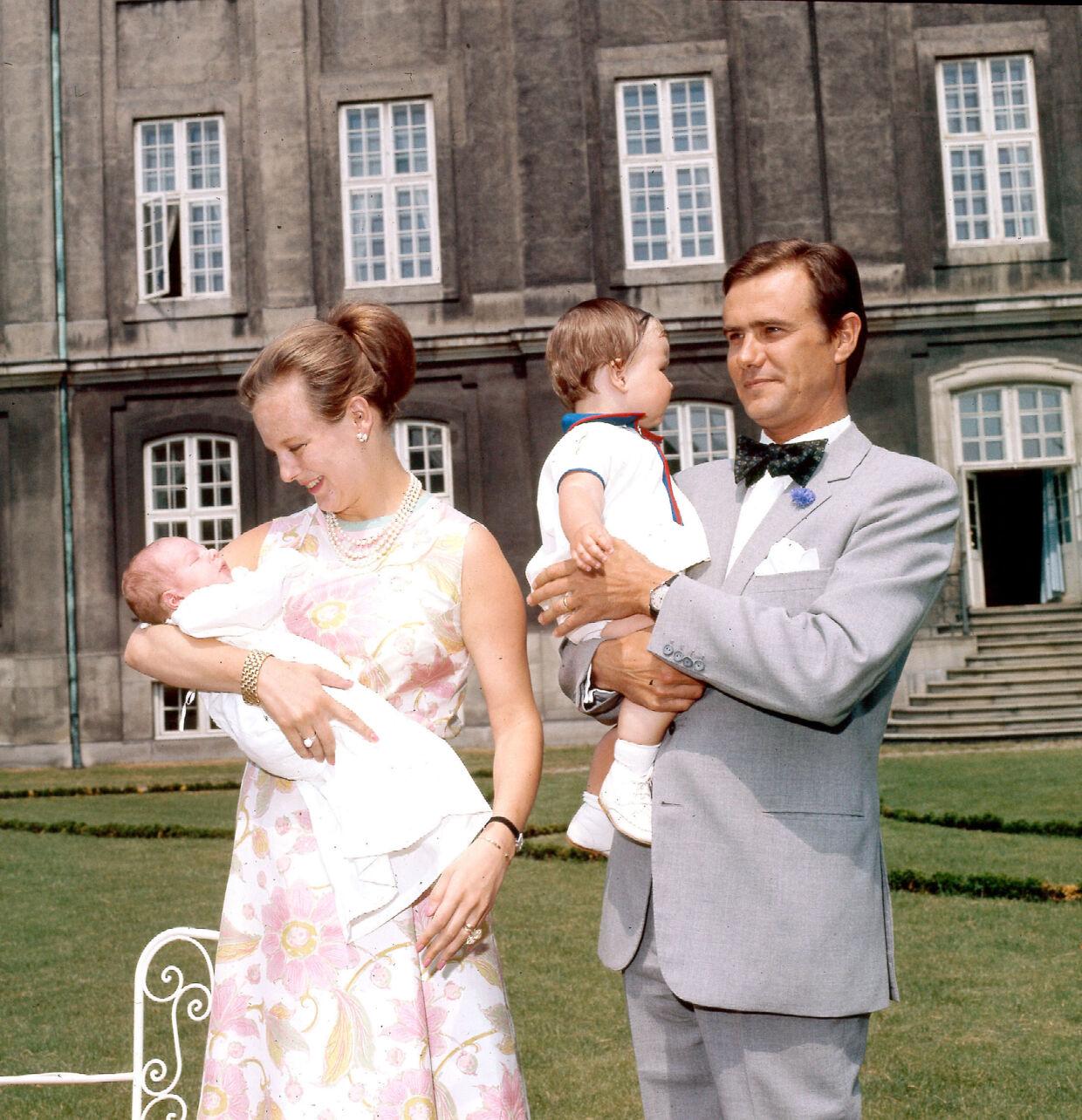 Solo dos años después de su boda se encontraba el trono, la princesa Margrethe y el príncipe Henrik con dos niños pequeños en sus brazos.