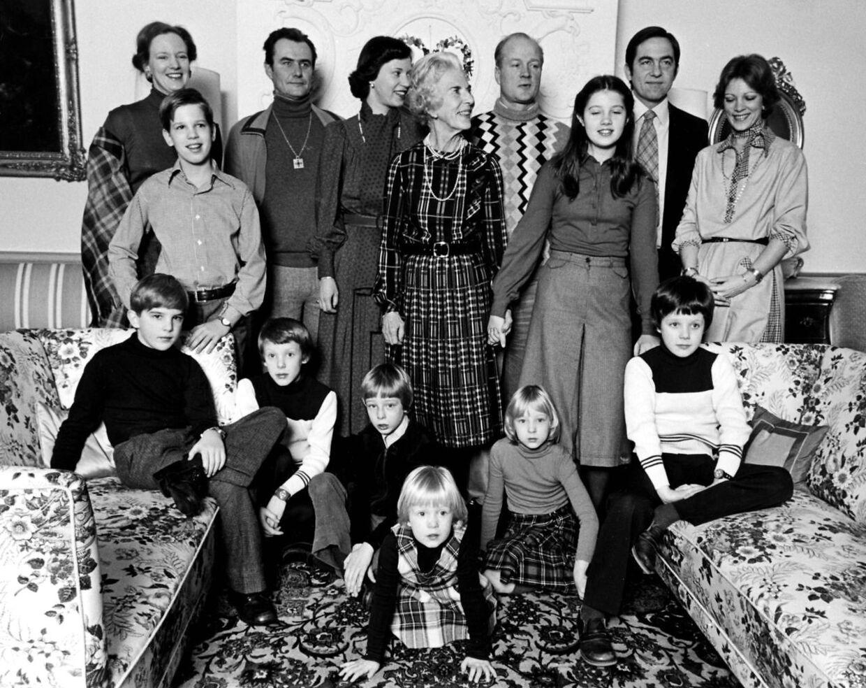 Dronning Ingrid var god til at samle hele familien juleaften. Her ses hun med dronning Margrethe og prins Henrik, prinsesse Benedikte og prins Ricard, prinsesse Alexia med forældrene kong Konstantin og dronning Anne-Marie. Børnebørnene prinserne Pavlos og Nikolaos, prins Joachim og prins Gustav, prinsesse Alexandra og prinsesse Nathalie - alle Sayn-Wittgenstein - samt lille kronprins Frederik i sofaen