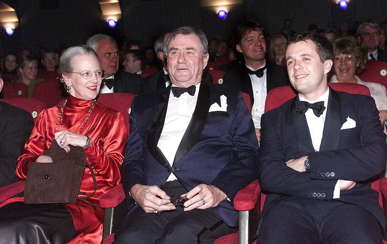 Dronning Margrethe, prins Henrik og kronprins Frederik til premiere på 'Ringenes Herre' i Imperial i 2001.