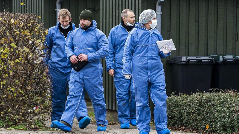 Politiets teknikere ved gerningsstedet i Kundby, hvor en 35-årig kvinde blev fundet dræbt i november sidste år – kort tid efter at en anden kvinde blev stukket ihjel af samme gerningsmand i Ruds Vedby.