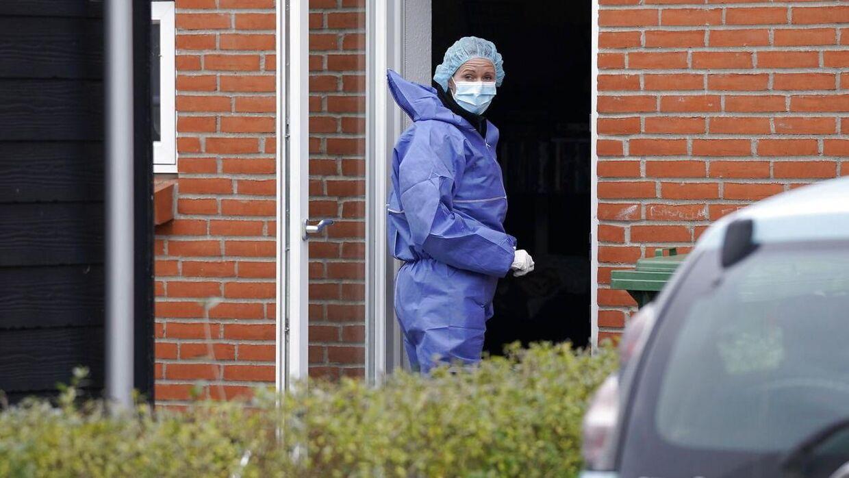 Her en af politiets teknikere på gerningsstedet i Ruds Vedby, hvor den formodede gerningsmand boede sammen med det 31-årige offer.