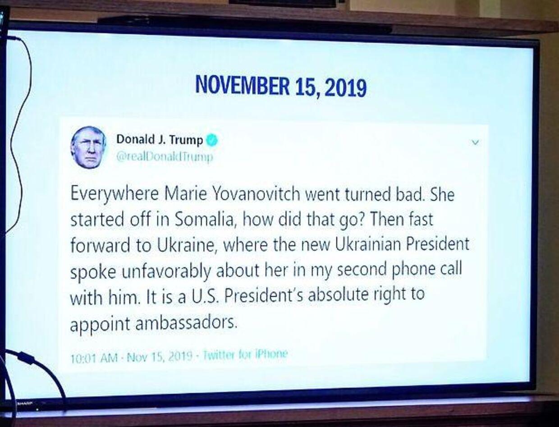Midt under afhøringen tikkede denne tweet ind fra Donald Trump. Flere demokratiske politikere mente, at der tale om trussel af vidner, en forbrydelse.
