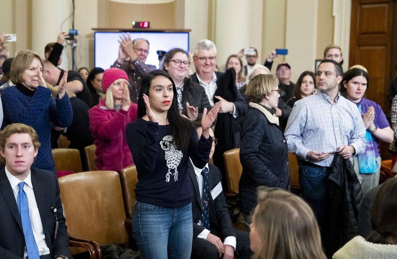 Efter endt afhøring klappede publikum af Marie Yovanovitch.
