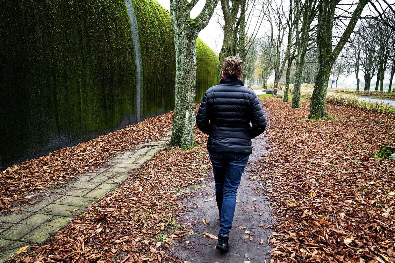 Karinas søn blev overfaldet af en asylansøger i marts. Han rejste ud af Danmark med økonomisk støtte, to måneder før retssagen begyndte.