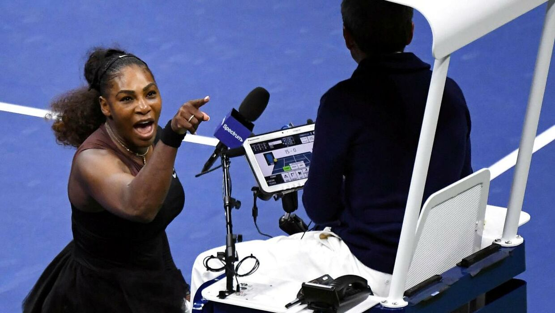 Serena Williams skælder ud på dommeren under den kontroversielle finalekamp i 2018.