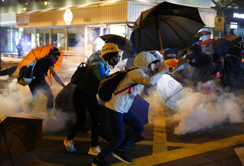 Demonstanter flygter fra politiets tåregas.