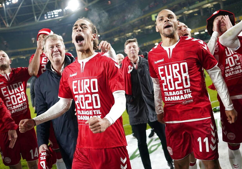 Åge Hareide sammen med Yussuf Poulsen og Martin Braithwaite efter det danske fodboldlandshold mandag aften havde sikret sig kvalifikation til EM 2020.