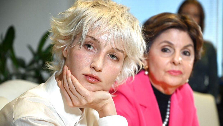 'Jane Doe 15' (t.v.) beskylder Jeffrey Epstein for at have seksuelt misbrugt hende. Hun ses her under pressemødet i Los Angeles med sin advokat, Gloria Allred