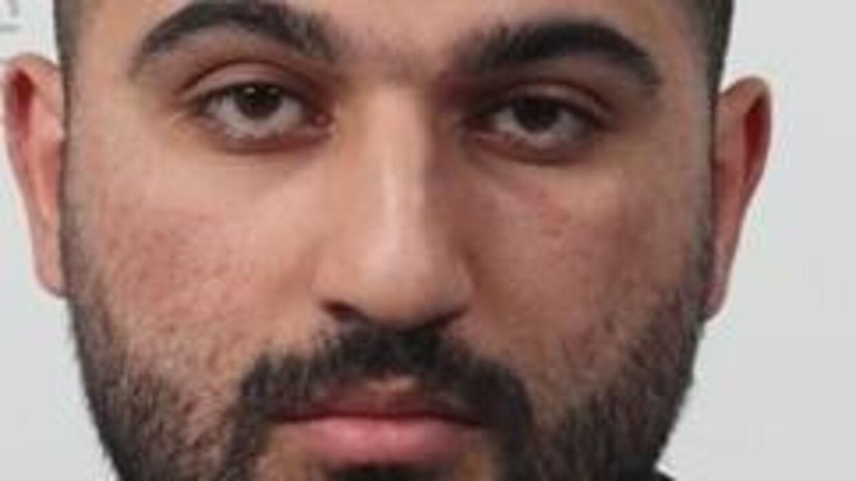 Hemin Dilshad Saleh er 183 cm høj, almindelig til kraftig af bygning, har sort kort hår, brun hud og formentlig fuldskæg.Ser man manden, eller har man oplysninger om, hvor han befinder sig, skal man kontakte politiet på 114 og ikke selv forsøge at tage kontakt med ham.Kilde: Politiet.