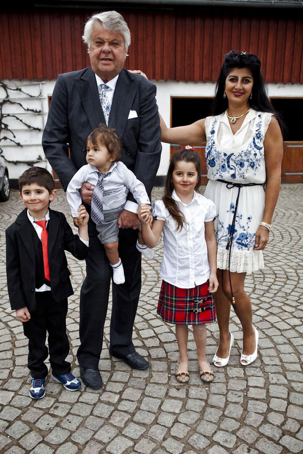 Christian Kjær, da han fyldte 70 år i 2012. På billedet ses han med sin kone, Susan Astani, samt hendes to børn og deres fælles lille søn.