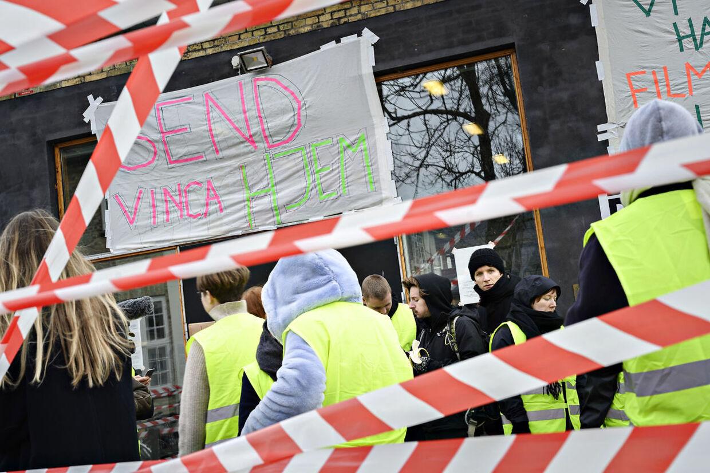 Elever fra filmskolen i København blokerer indgangen fredag den 15. november 2019 . Eleverne blokerer fredag morgen Den Danske Filmskole i København og nedlægger undervisningen.De kræver, at rektor Vinca Wiedemann bliver afsat.