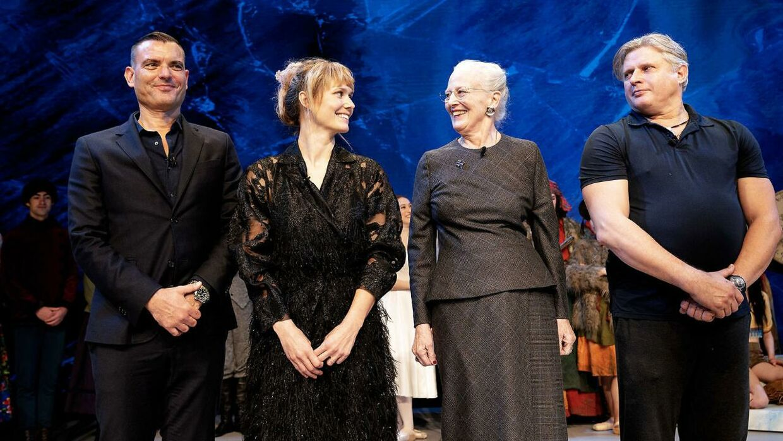 Dronning Margrethe og Oh Land sammen med Peter Bo Bendixen (tv.) og Yuri Possokhov (th.) i forbindelse med pressemødet til 'Snedronningen'.