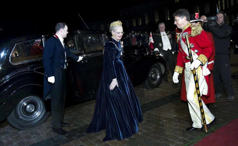 Dronning Margrethe ankom til Nytårskur- og Taffel i Chr. d. V11 Palæ på Amalienborg iført den samme midnatsblå velourkjole, som majestæten bar ved gallataffel på Christiansborg Slot i januar 2012.
