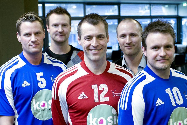 BT kan i dag bringe en mail, der viser, at Skat forsøgte at presse Jesper 'Kasi' Nielsen til at indgå en skatteaftale. Ellers ville Skat gå efter spillerne på hans daværende hold AG Håndbold. Fra venstre er det Joans Jensen, træner Søren Herskind, Peter Nørklit, træner Klavs Bruun Jørgensen og Jesper Monrad, der alle var på holdet i 2008.