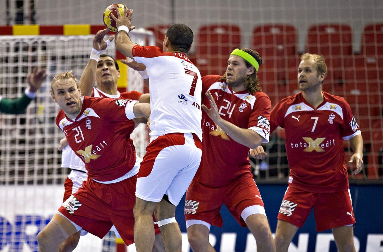 Henrik Møllgaard (rød tv.) og Mikkel Hansen (pandebånd) mener ikke, man kan sammenligne herre- og damehåndbold