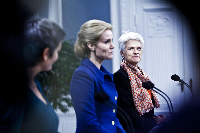 Statsminister Helle Thorning-Schmidt (im), økonomi- og indenrigsminister Margrethe Vestager (tv) samt erhvervs- og vækstminister Annette Vilhelmsen.