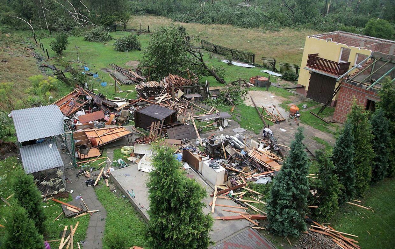 Tornadoen forvandlede huse til pindebrænde flere steder, under dens hærgen.