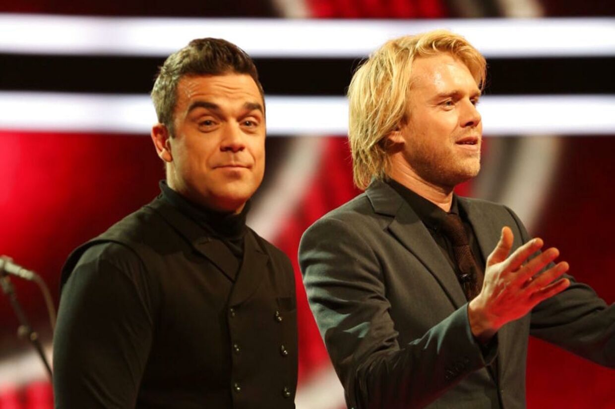 Sangeren Robbie Williams og programmets vært Felix Smith under 'Voice'-showet lørdag aften den 10. november.
